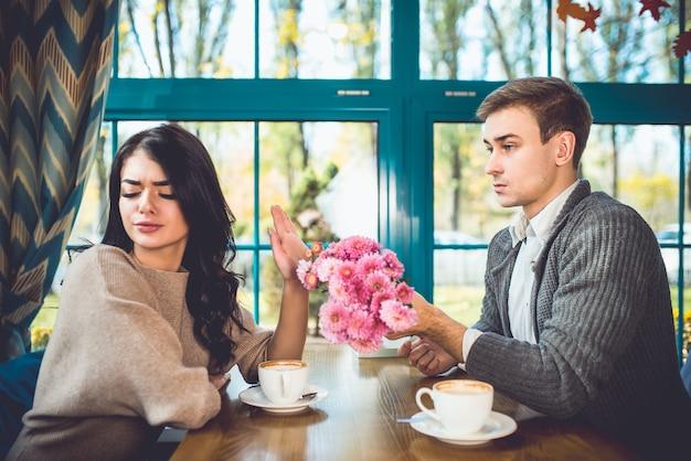 Женщина отвергает цветы от своего парня