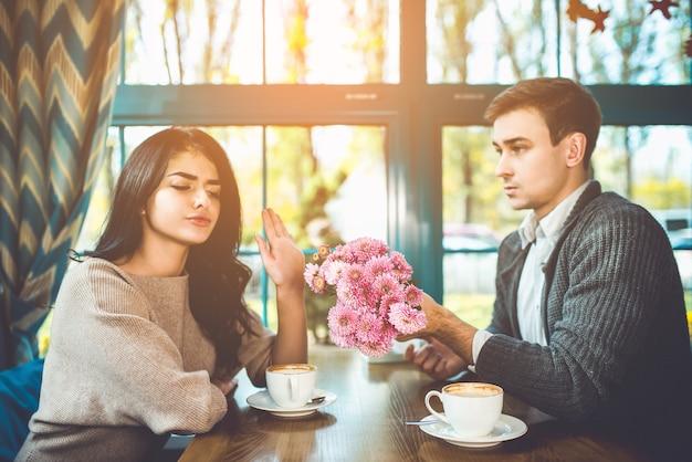 Женщина отвергает цветы от своего мужчины