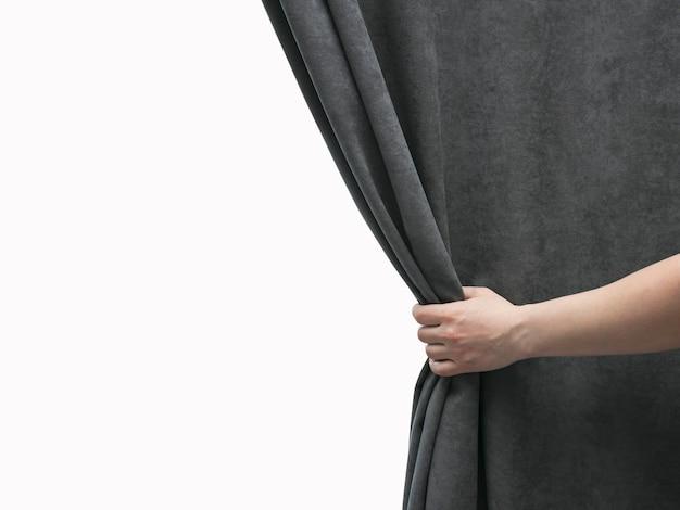 Женская рука открывает серую занавеску