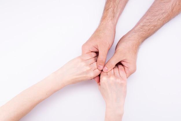 男性の手の中の女性の手はうそをつきます。男と女の手を繋いでいる、関係、結婚、提案。