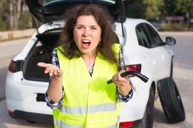 Стресс женщины из-за поломки машины