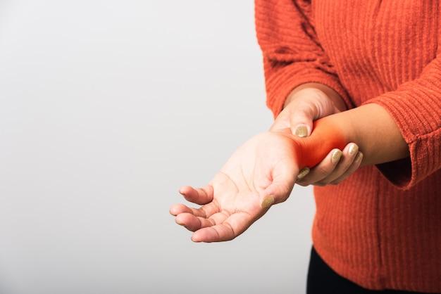 Женщина она держит ее запястье рук
