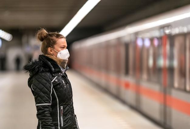 여자는 대중 교통으로 도시를 여행합니다.