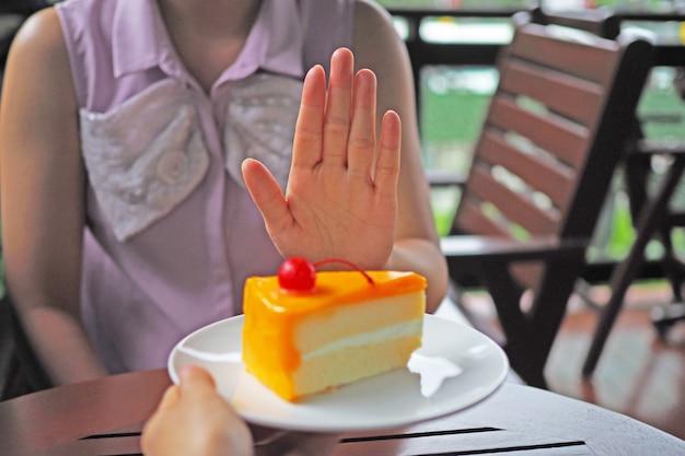 Женщины худеют. выберите, чтобы не получить тарелку с тортом, которую отправляют друзья.