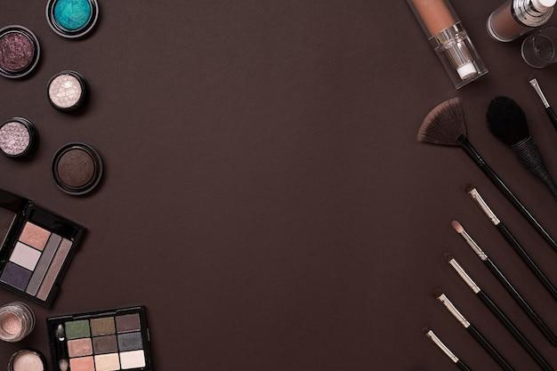 茶色の背景に設定された女性の化粧品現代の女性