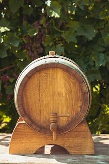 야외 테이블에 와인과 함께 나무 통. 와이너리 문화