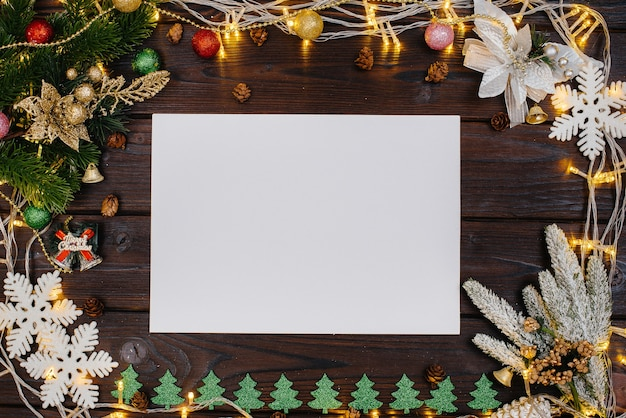 나무 크리스마스 배경은 축제 장식, 등불, 눈송이 및 크리스마스 트리의 가지로 장식되어 있습니다. 크리스마스 카드. 겨울 휴가 시즌. 새해 복 많이 받으세요.