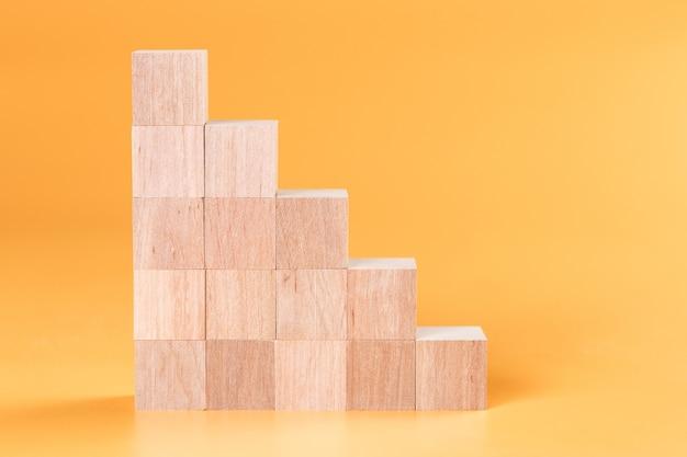 木製の立方体ははしごの形に積み重ねられています