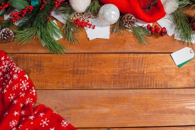텍스트 복사 공간 크리스마스 장식과 나무 테이블. 크리스마스 이랑 개념