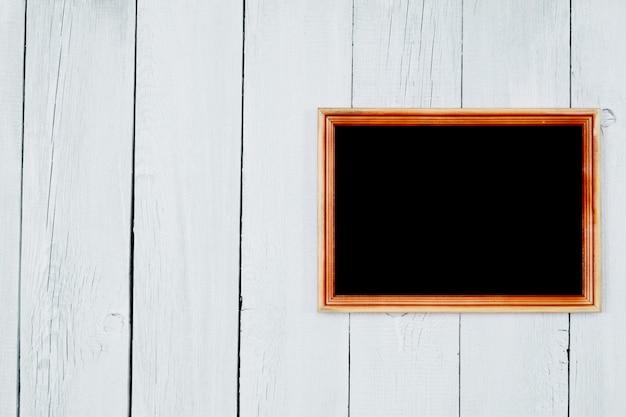 あなたのテキストのための木製のタブレット。木製の背景は白いペンキで描かれています。