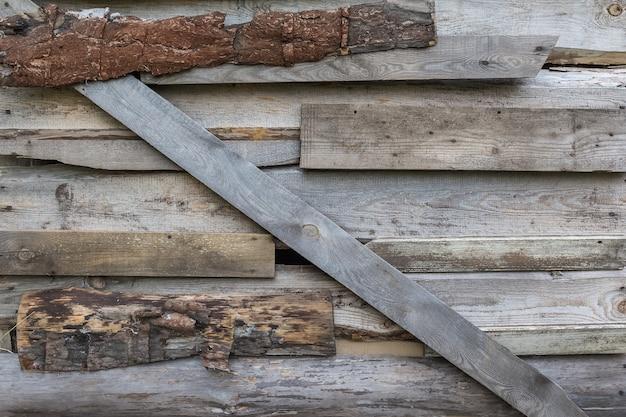 오래된 헛간의 나무 벽은 판자로 마감되어 있습니다. 자연 배경과 나무 질감