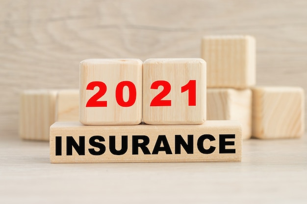 2021insuranceという言葉は木製の立方体の構造に書かれています