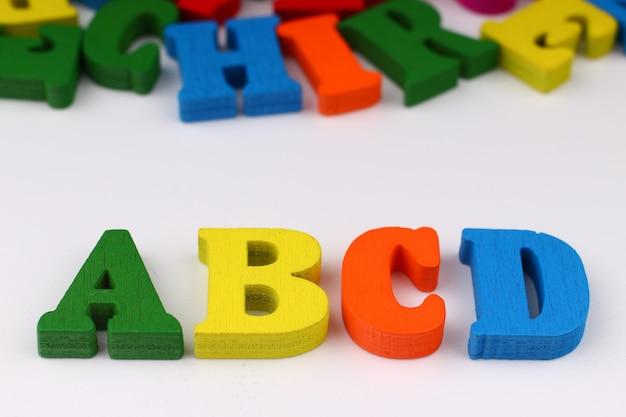 色付きの文字で単語abcd