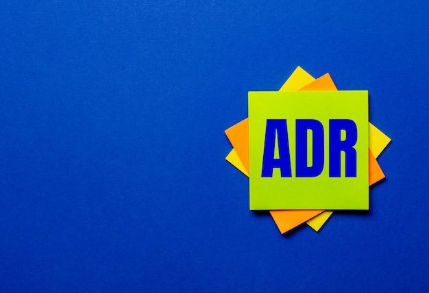 Adr裁判外紛争解決という言葉は、青い表面の明るいステッカーに書かれています