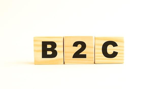 편지가있는 나무 큐브의 단어 b2c