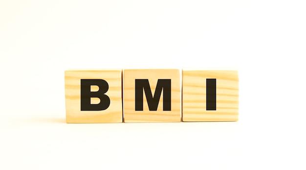 単語bmi。白い表面に分離された文字と木製の立方体