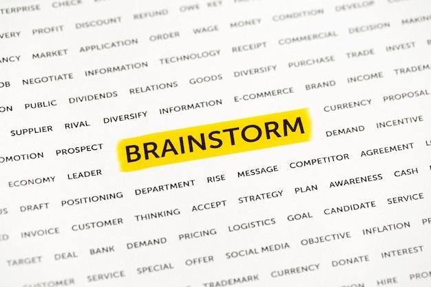 Слово «мозговой штурм» выделено маркером на бумаге. бизнес-концепция, стратегия, планирование, успех