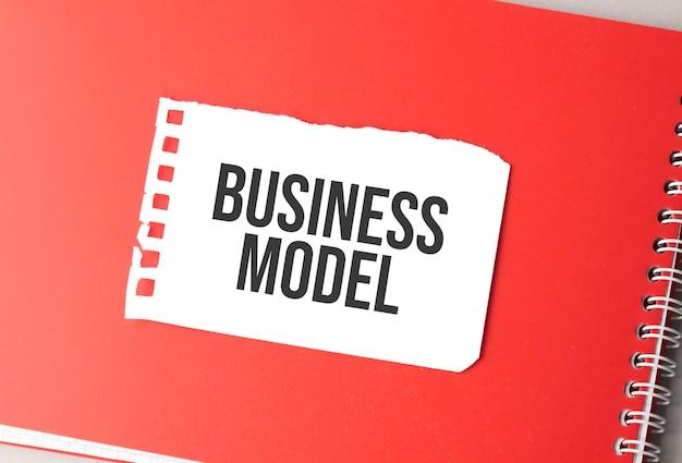 赤いメモ帳の破れた紙の単語ビジネスモデル、。