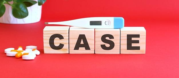 Caseという言葉は、赤い背景に木製の立方体でできています。