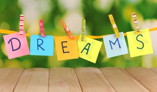Слово мечты на деревянном столе
