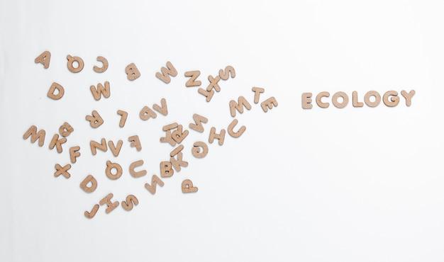 Экология слова среди много писем на белой поверхности.