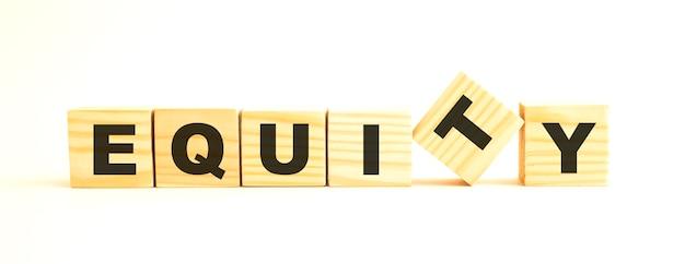 Equityという言葉。白い背景で隔離の文字と木製の立方体。
