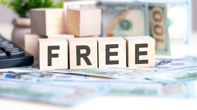 나무 큐브, 비즈니스 및 금융 개념에 대한 무료 단어