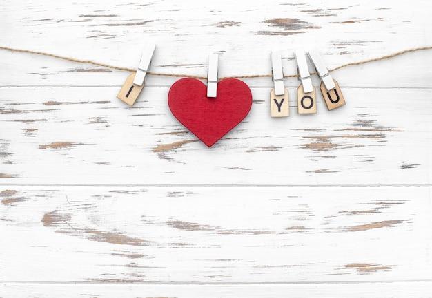Слово «я люблю тебя» с деревянными буквами и в форме сердца. любовная тема