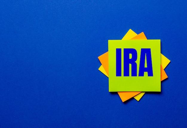 파란색 표면에 밝은 스티커에 ira 개인 퇴직 계좌라는 단어가 적혀 있습니다.