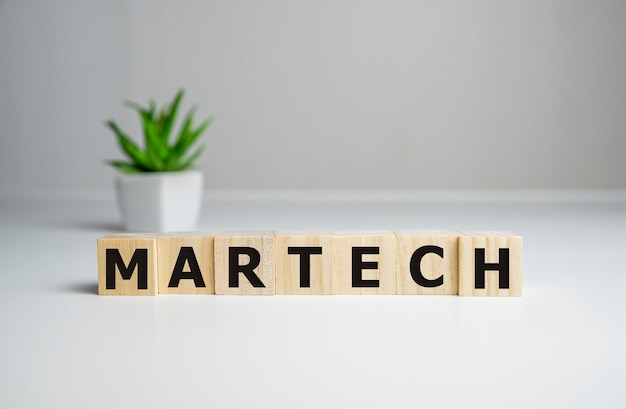 Слово martech на деревянных кубиках