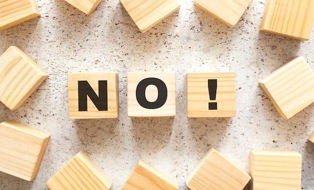 Слово no состоит из деревянных кубиков с буквами, вид сверху