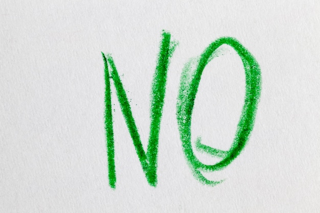 No라는 단어는 일반 종이에 녹색 연필로 그려져 있습니다.