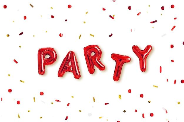 Слово «вечеринка» из красных шаров и конфетти, изолированные на белом фоне.