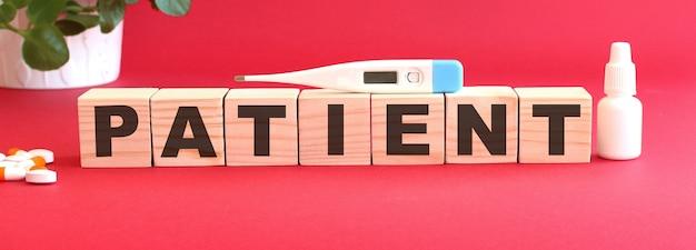 患者という言葉は木製の立方体でできています。