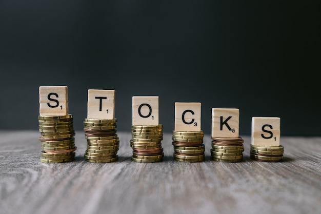 Слово «акции» на убывающих монетах.