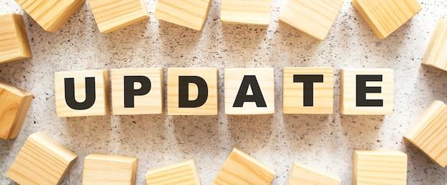 Updateという単語は、文字が入った木製の立方体で構成されています
