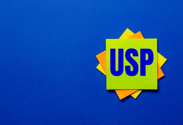 Uspユニークセリングプロポジションという言葉は、青い背景の明るいステッカーに書かれています