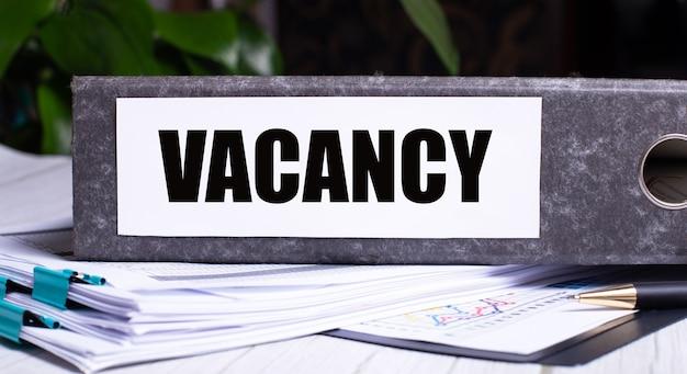 Vacancy라는 단어는 문서 옆의 회색 파일 폴더에 기록됩니다.