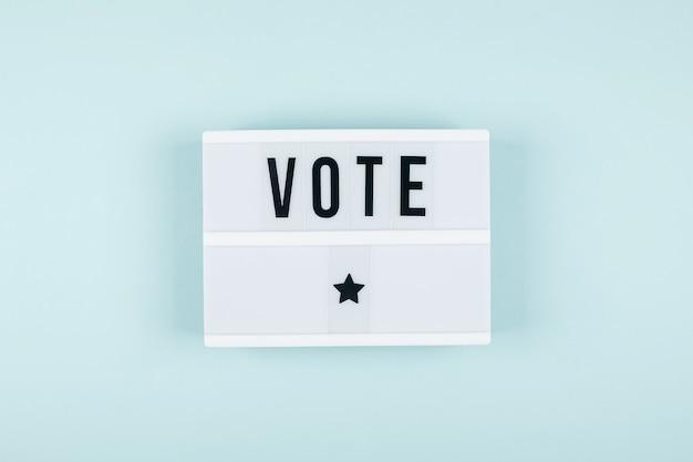 배경의 라이트박스에 vote라는 단어가 있습니다. 선거 개념입니다. 평평한 평지, 평면도
