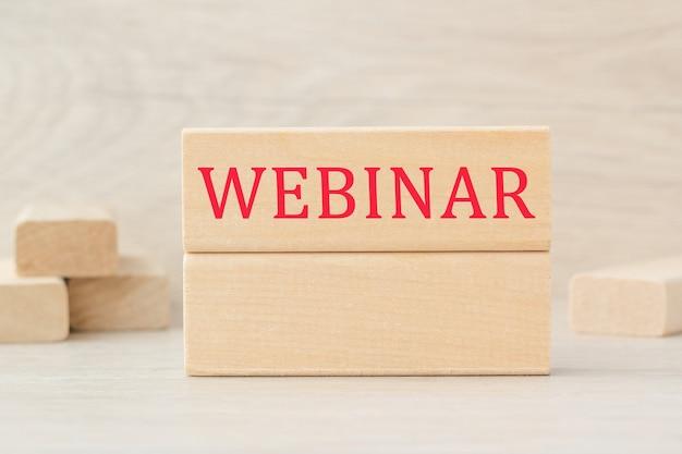 Слово webinar написано на деревянной конструкции из кубиков. может использоваться для бизнеса, медицины, финансовой концепции. выборочный фокус.
