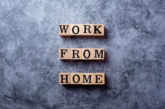 Слово работает от дома на деревянном блоке и помещается на черный цемент
