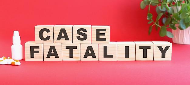 致死率という言葉は木製の立方体でできています