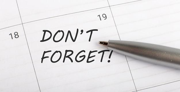 カレンダープランナーに書かれた言葉を忘れずにペンを閉じる
