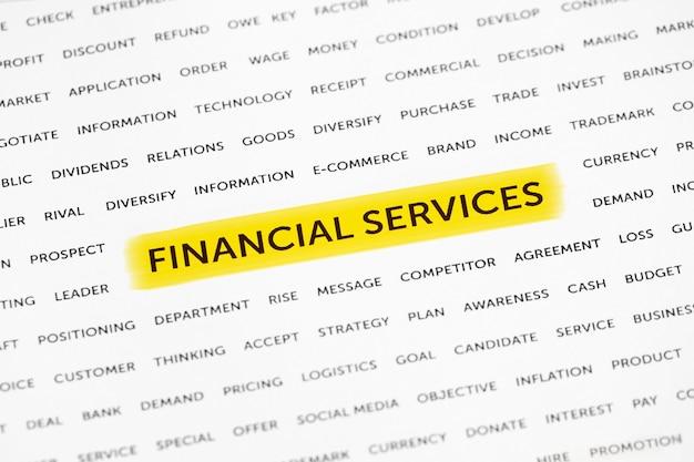 Слова «финансовые услуги» выделены маркером на бумаге.