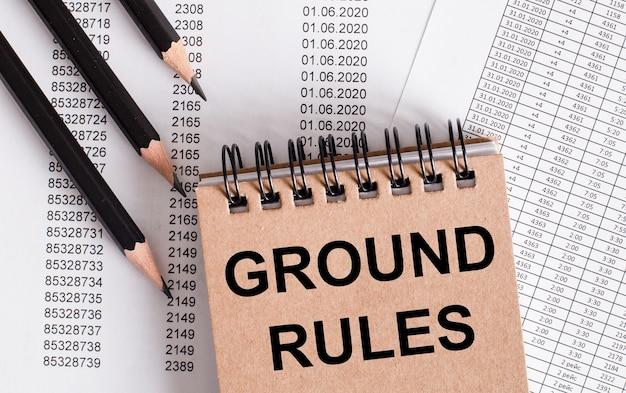 Groundrulesという言葉は茶色のノートに書かれています。近くの鉛筆