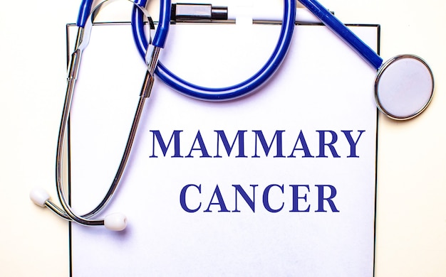 Mammary cancer이라는 단어는 청진기 근처의 흰색 시트에 기록되어 있습니다.