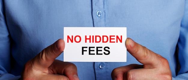 No hidden feesという言葉は、男の手の白い名刺に書かれています