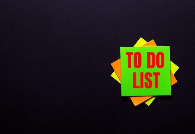 어두운 표면에 밝은 스티커에 적혀있는 할 일 목록