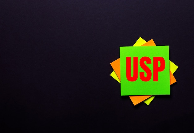 暗い背景の明るいステッカーにuspのユニークな販売提案という言葉 Premium写真