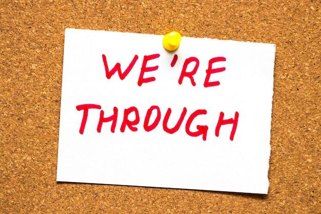 Надпись «мы закончили» на пробковой доске.